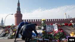 Flori şi lumânări la locul asasinării lui Boris Nemţov, 9 martie 2015