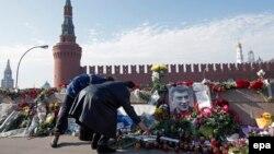 Стихійний «меморіал» на місці вбивства Бориса Нємцова