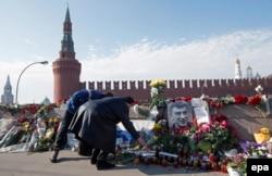 Люди в Москве продолжают нести цветы к месту убийства Бориса Немцова - Большой Москворецкий мост, понедельник, 9 марта
