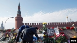 Քաղաքացիները ծաղիկներ են դնում Բորիս Նեմցովի սպանության վայրում, 9-ը մարտի, 20152.