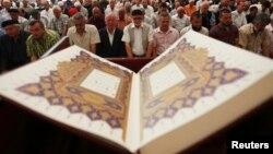 Vjernici se mole u jednoj od džamija