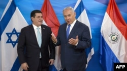 بنیامین نتانیاهو (راست) همراه با هوراسیو کارتس رئیسجمهوری پیشین پاراگوئه در مراسم انتقال سفارت این کشور به اورشلیم.