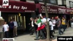 Полиция Иран дипломаты Рамин Мехманпарасты шерушілерден арашалап әкетіп барады. Нью-Йорк, 27 қыркүйек 2012 жыл.
