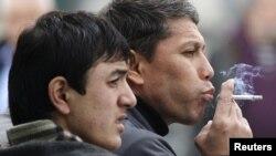 Курящие мужчины на одной из улиц Москвы. 16 октября 2012 года.