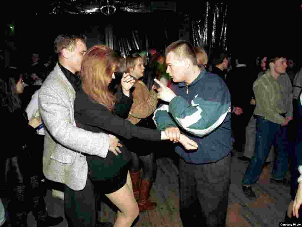 Посетители дискотеки спорят за внимание девушки, Екатеринбург, 1996