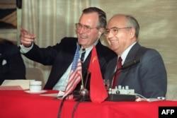 """Михаила Горбачева в России часто упрекают в том, что он """"сдал"""" Западу Восточную Европу. (На фото: переговоры Михаила Горбачева и Джорджа Буша-ст., декабрь 1989)"""