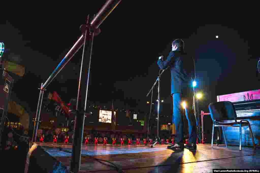 Зі сцени виступали активісти дніпропетровського Євромайдану