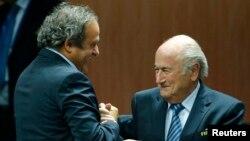 Շվեյցարիա - ՈւԵՖԱ-ի նախագահ Միշել Պլատինին շնորհավորում է Յոզեֆ Բլատերին ՖԻՖԱ-ի նախագահ վերընտրվելու կապակցությամբ, Ցյուրիխ, 29-ը մայիսի, 2015թ.