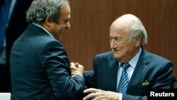 УЕФАнын президенти Мишел Платини менен ФИФАнын президенти Зепп Блаттер. 29-май, 2015.