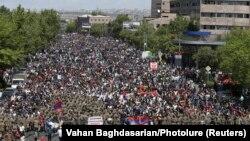 Марш протеста в центре Еревана. 23 апреля 2018 года.