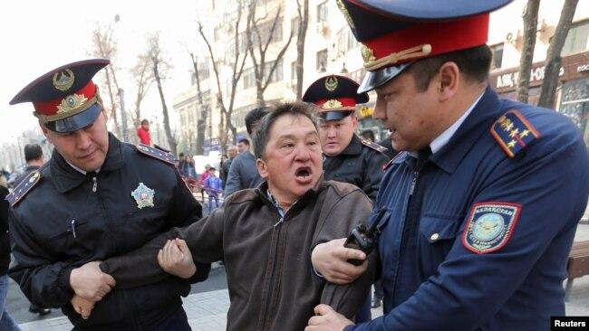 Полиция задерживает мужчину в Алматы. 22 марта 2019 года.