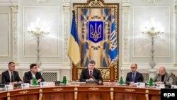 Украина президенті Петр Порошенко (ортада) Мариуполь қаласын атқылаудан соң ұлттық қауіпсіздік және қорғаныс кеңесінің төтенше жиынын өткізіп отыр. Киев, 25 қаңтар 2015 жыл.