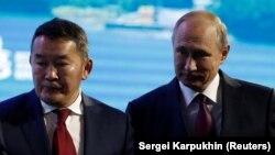 Khaltmaagiin Battulga (solda) və Vladimir Putin (foto arxivdəndir)