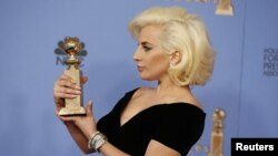 """Леди Гага """"Алтын глобус"""" белән (архив фотосы)"""