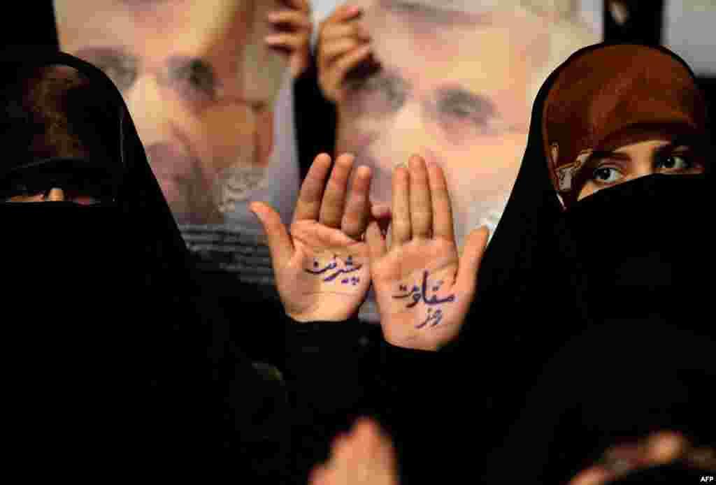 Прыхільнікі іранскага прэзыдэнцкага кандыдата падчас мітынгу ў Тэгеранскім унівэрсытэце. У іх на далонях напісана: «Ключ да прагрэсу — супраціў»