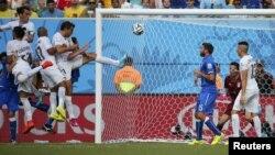 Բրազիլիա - Ուրուգվայցի Դիեգո Գոդինը գրավում է Իտալիայի հավաքականի դարպասը, Նատալ, 24-ը հունիսի, 2014թ․