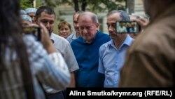 Один из лидеров крымских татар Ильми Умеров (по центру)