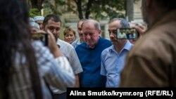 Один із лідерів кримських татар Ільмі Умеров (у центрі)