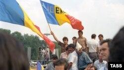 Moldoveni demonstrează în sprijinul declarării independenței Republicii Moldova, Chișinău, 27 august 1991.
