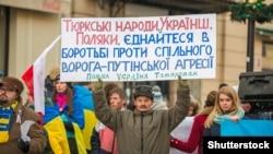 Учасники маршу солідарності з Україною у Польщі. Варшава, 23 листопада 2014 року
