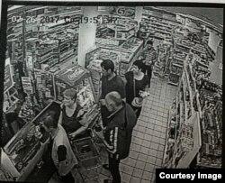 """Скриншот с записей камер в магазине """"Пятёрочка"""". Убийца – в спортивной куртке с белыми полосками"""