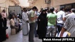 مواطنون في دائرة ببغداد ينتظرون الحصول على بطاقة السكن