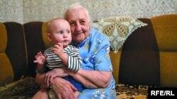 Яўгенія Чантарыцкая з праўнучкай Палінай. Фота Сяргея Гапона