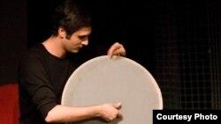 محمدرضا مرتضوی، نوازنده سازهای دف و تنبک در یکی از اجراهای خود در آلمان