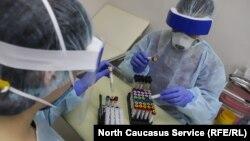 Тестирование на выявление коронавируса. Иллюстративное фото.