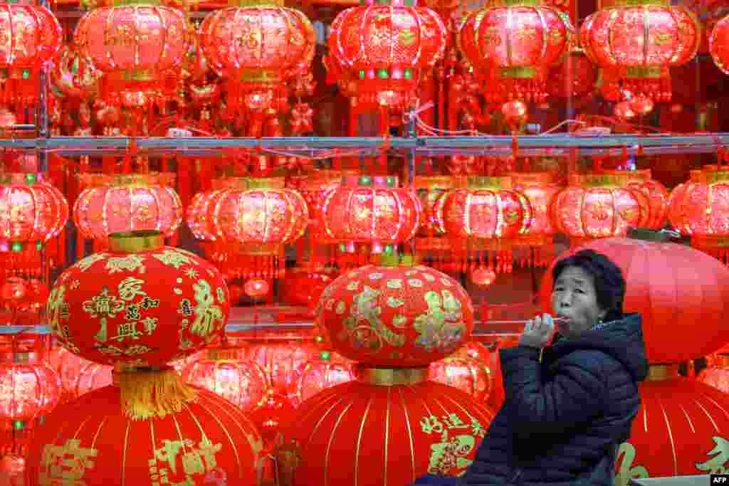 Продавец новогодних украшений в ожидании покупателей. Шэньян, Китай, 30 декабря 2018 года.