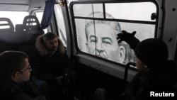 Autobus u Sankt Peterburgu izlepljen plakatom sa likom Josifa Staljina, februar 2013.