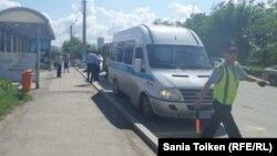 Полицейский микроавтобус в Атырау. 21 мая 2016 года.