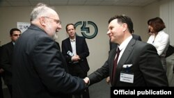 """აშშ-ის საერთაშორისო განვითარების სააგენტოს მისიის დირექტორი სტეფან ჰეიკინი (მარცხნივ) და """"მმართველობა განვითარებისათვის"""" პროექტის ხელმძღვანელი მილო სტევანოვიჩი."""