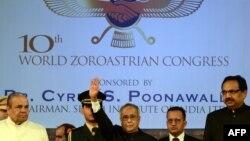 حضور پرناب موکرجی رئیس جمهور هند نفر وسط در دهمین کنگره زرتشتیان در بمبئی در روز یکشنبه.