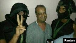 """Один из руководителей движения """"Братья-мусульмане"""" Мохаммед аль-Белтаги (в центре) после ареста. Каир, 29 августа 2013 года."""