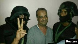 محمد البتقی، از رهبران اخوان المسلمین در بازداشت نیروهای پلیس