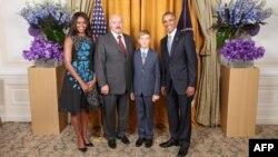 Аляксандар Лукашэнка з сынам Колем сфатаграфаваўся разам з прэзыдэнтам ЗША Баракам Абамам і ягонай жонкай Мішэль.