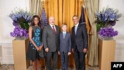 Аляксандар Лукашэнка (другі справа) з сынам Мікалаем фатаргафуецца з прэзыдэнтам ЗША Баракам Абамам (крайні справа) і яго жонкай Мішэль