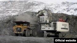 Қырғызстанның Құмтөр кенішінен алтын қазып жатқан инвестор техникасы.