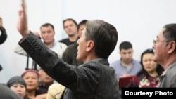 """Политик Болат Абилов перед началом суда по делу «о беспорядках в Жанаозене». Актау, 27 марта 2012 года. Фото предоставлено сайтом """"Лада.кз""""."""