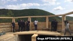 ჩორჩანასთან ქართული პოლიციის საგუშაგოს ტერიტორიიდნ ჩანს ოკუპირებული სოფელი წნელისი