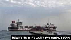 İran həörbçiləri Britaniya gəmisi ətrafında patrul xidmıətində, 21 iyul, 2019, Bandar Abbas limanı