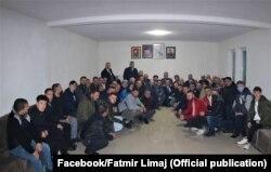 Me 24 janar, lideri i Nismës Socialdemokrate, Fatmir Limaj ka takuar bashkqytetarë të tij në Malishevë. Mungojnë maskat dhe mjetet e tjera mbrojtëse. 24.01.2021, Malishevë.
