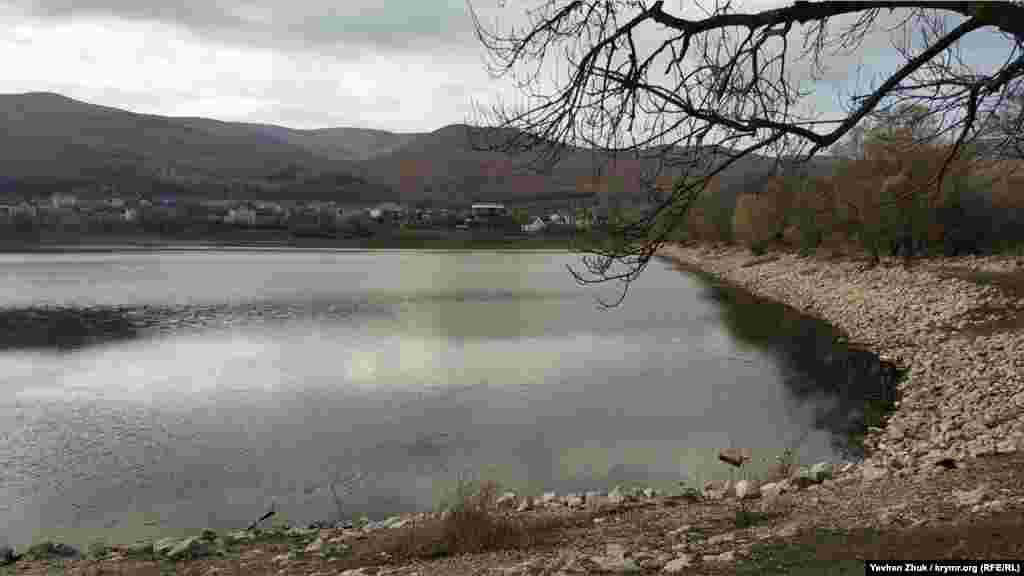 На північно-східній околиці села, поруч із шосе– досить великий ставок, розміром приблизно 250 на 250 метрів. Він наповнюється струмками, в основному навесні. Так ставок виглядав 18 листопада 2020 року