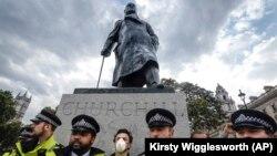 Polis Winston Churchill-in parlament meydanındakı heykəlini qoruyur