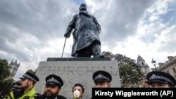 Полиция перед памятником Уинстону Черчиллю во время протестов 9 июня 2020 года.