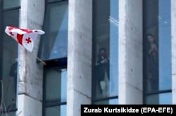 Грузинский флаг в окне офиса ЕНД во время штурма