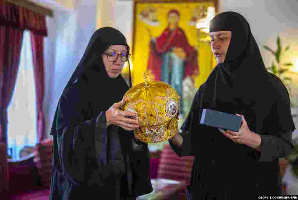 """Sestra Efimija (lijevo) za kape koje se ovdje proizvedu kaže da su """"naše krune"""". Mitre poput ovih nose episkopi u istočno-pravoslavnim, Rimokatoličkoj i Anglikanskoj crkvi te pravoslavni patrijarsi."""