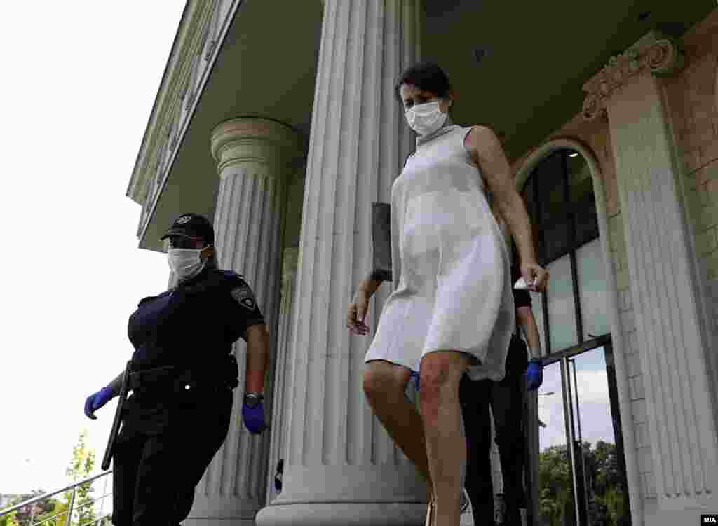 МАКЕДОНИЈА - Актерката Силвија Стојановска која е второбвинета во случајот Колибри и првообвинетиот, нејзиниот партнер, Воислав Будисављевиќ, денеска на првото рочиште, се изјаснија дека не се виновни по обвинението за помагање и учество во шверц на околу 700 килограми кокаин од Јужна Америка во Шпанија.