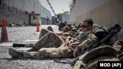 Членови на британските вооружени сили одмараат на аеродромот во Кабул.